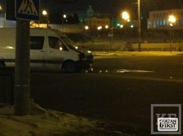 В Казани около кремля столкнулись микроавтобус и легковой автомобиль