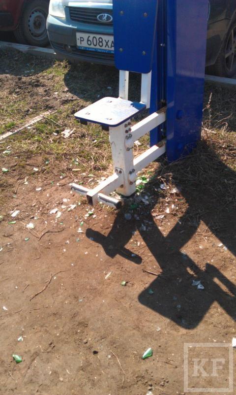 Жители Альметьевска пожаловались на разбросанные шприцы на детской площадке