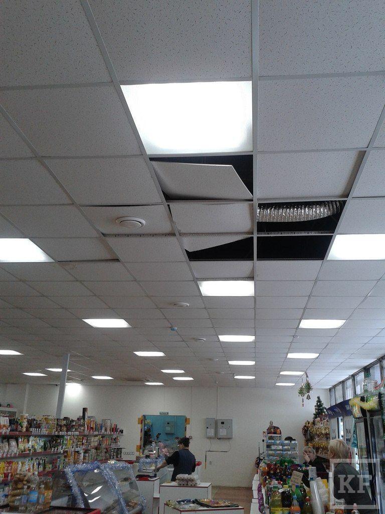 Покупатели и продавцы магазина в Елабуге опасаются обрушения потолка