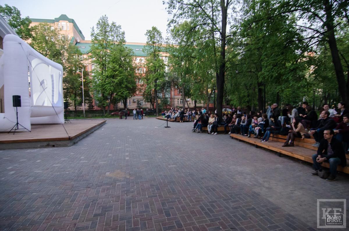 Открытый кинопоказ в сквере Аксенова в Казани
