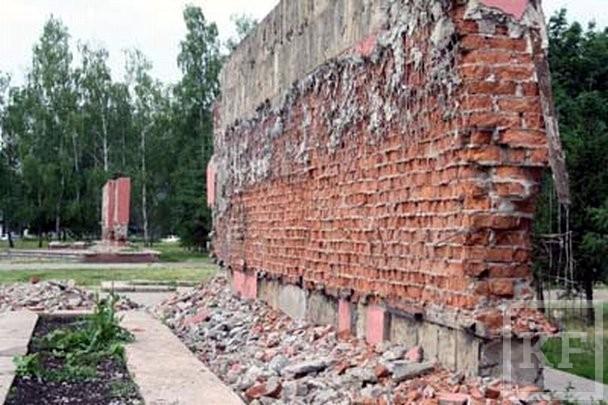 В парке Победы Челнов демонтировали мемориальные стелы