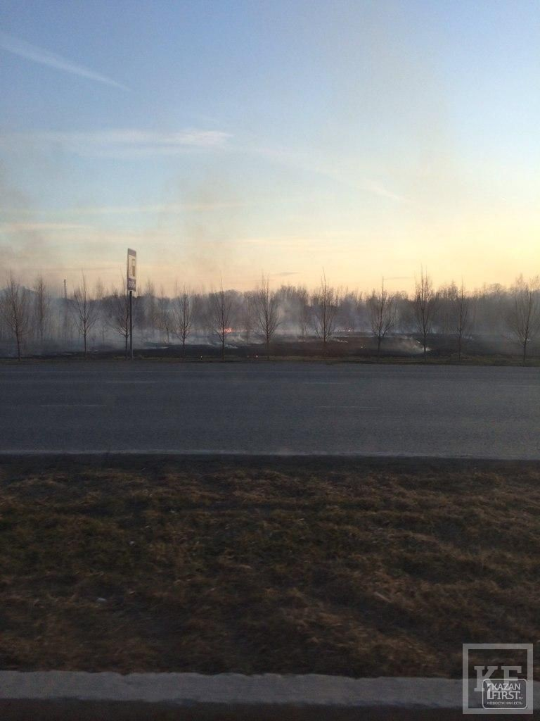 На пустыре рядом с РКБ в Казани горит трава