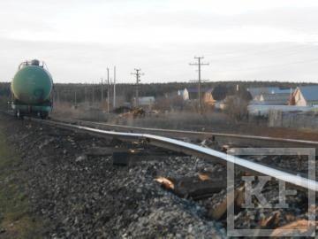 Железнодорожный состав сошел с рельсов после столкновения с легковым автомобилем в Татарстане