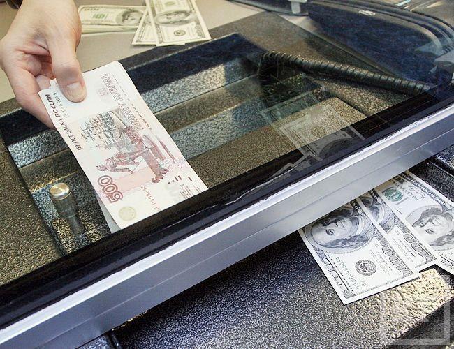 Россияне готовятся к кризису и скупили $32,5 млрд наличной иностранной валюты