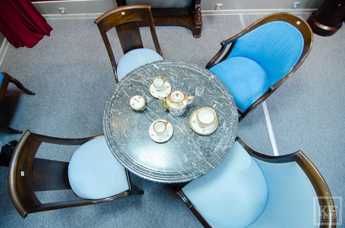 В Институте антиквариата показали первое в мире кресло с подогревом
