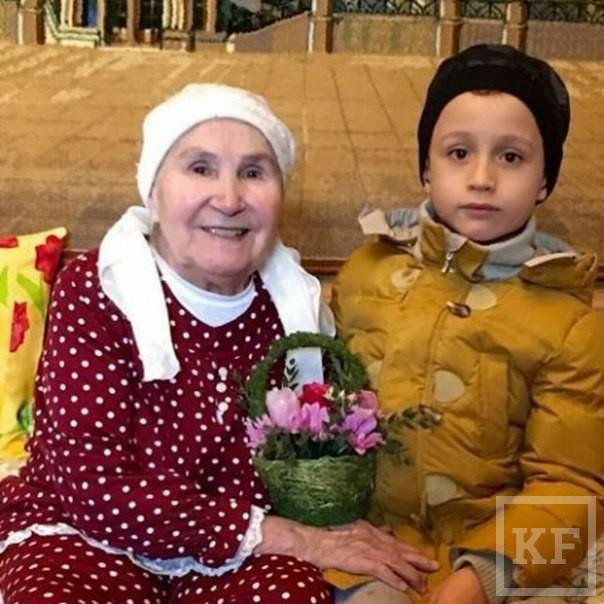 Рустам Минниханов поздравил маму и жену с 8 марта