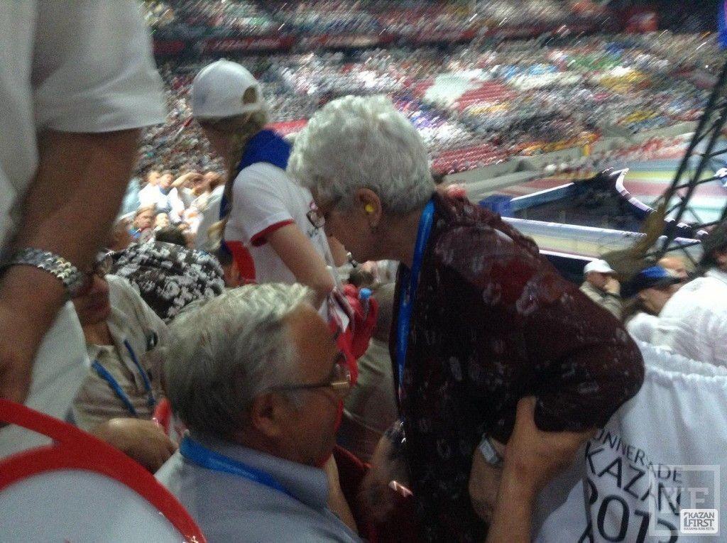 Открытие Универсиады: волонтеры помогли пожилой женщине, которой стало плохо (фото)