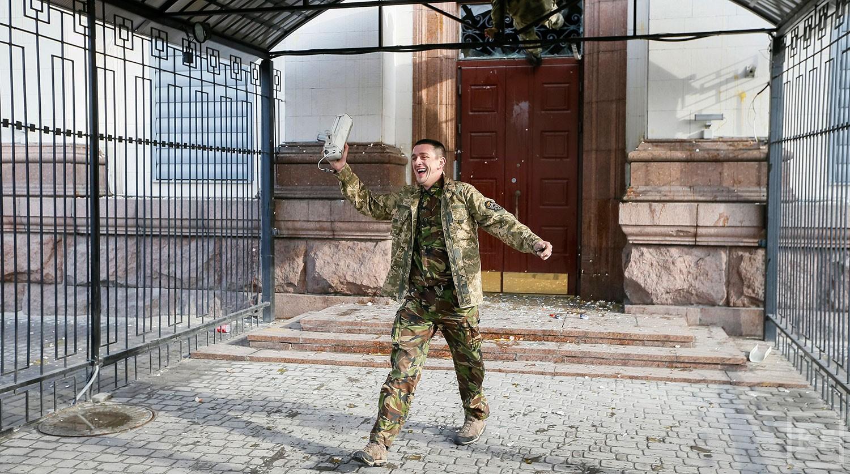 В Киеве у российского посольства собрались люди, в здание летят яйца и камни