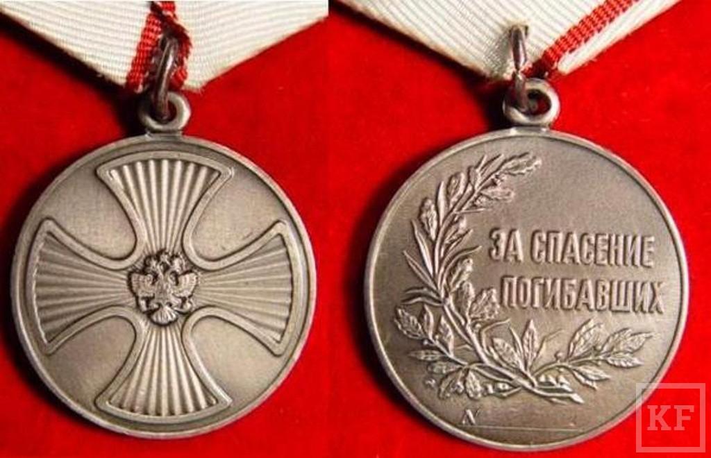 Казанского спецназовца наградили медалью за спасение ребенка