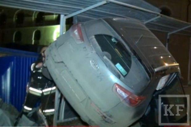 В Казани из-за ДТП машина оказалась на заборе