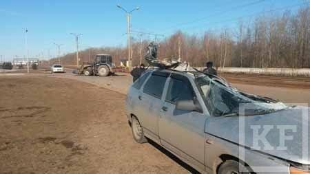Трактор столкнулся с автомобилем ВАЗ 2112 в Нижнекамске