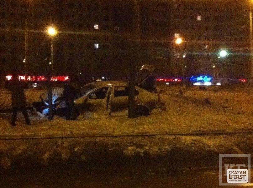 На проспекте Ямашева в Казани Skoda врезалась в столб