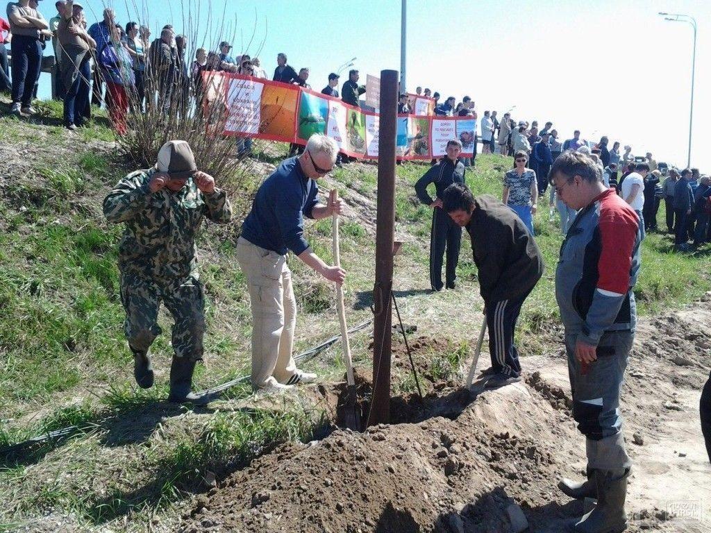 В поселке Октябрьский проходит митинг против засыпки Волги – 300 человек демонтируют шлагбаумы строителей
