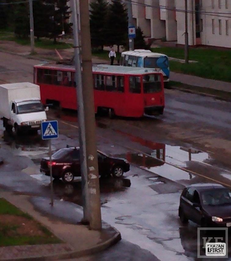 На улице Академика Павлова трамвай сошел с рельсов