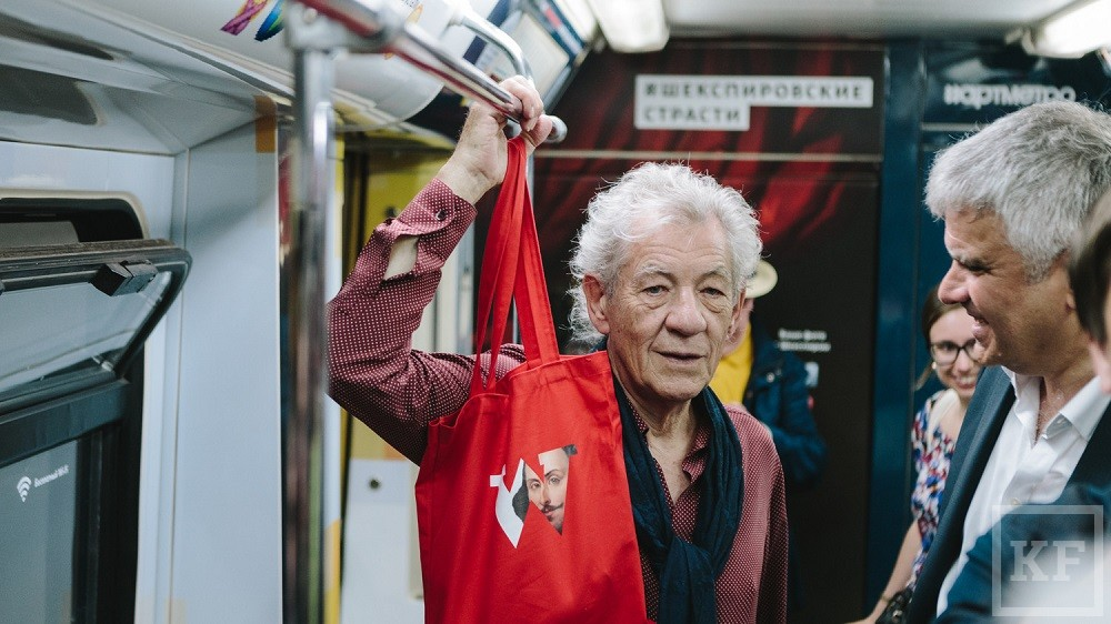 Гендальф прокатился в метро на «Шекспировском поезде»
