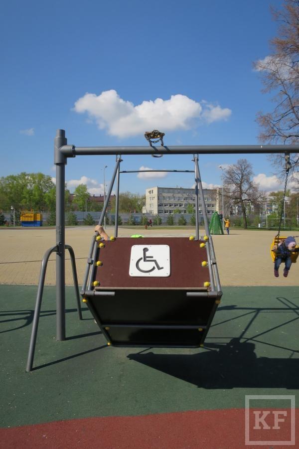 Качели для инвалидов, на которых разбилась девочка в Казани, заменят на обычные – СМИ