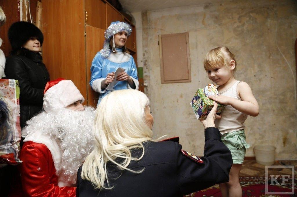 В Нижнекамске полицейские поздравят с Новым годом более 250 неблагополучных семей
