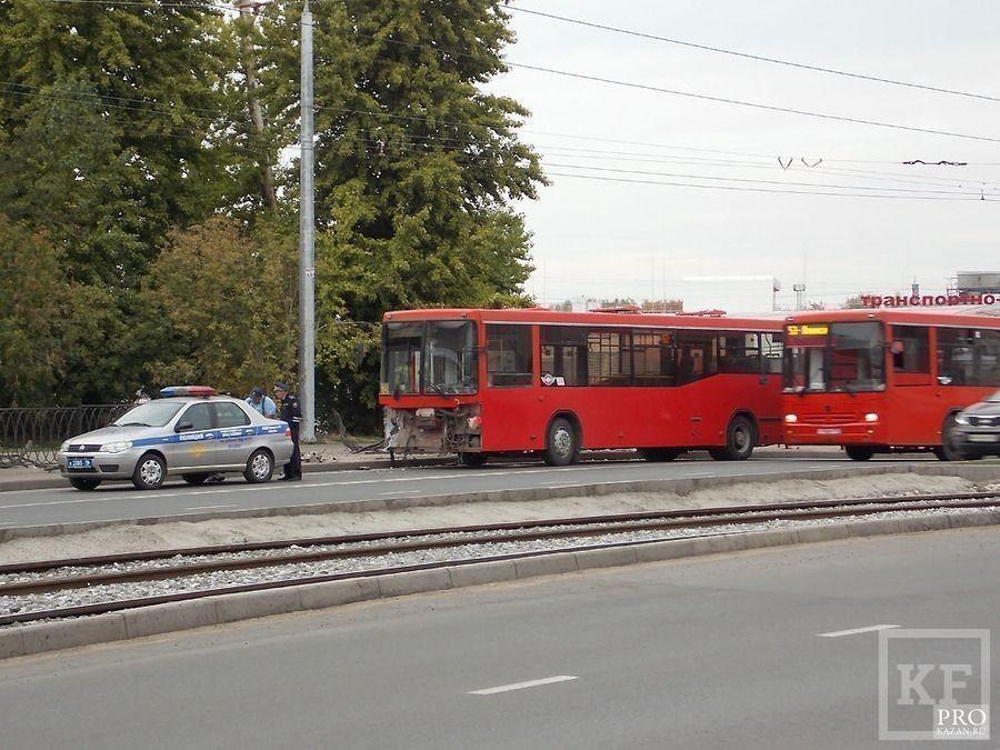 В Казани пассажирский автобус вылетел на тротуар,пробив ограждение [фото]
