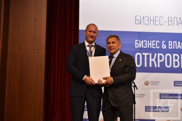 Депутат горсовета Челнов Атласов получил благодарность от Минниханова