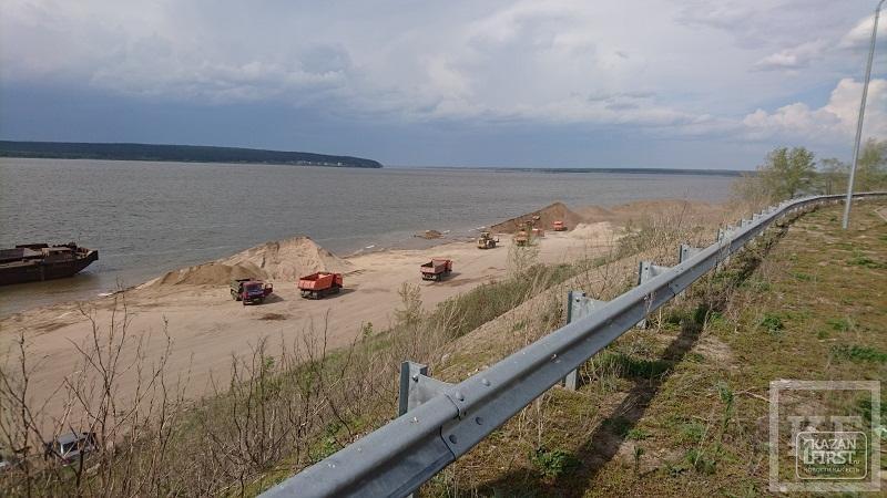 Жители береговой линии элитного жилого комплекса «Чаллы Яр» хотят остановить разгрузку барж с песком под своими окнами