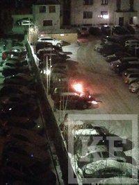 В Казани во дворе дома загорелся автомобиль