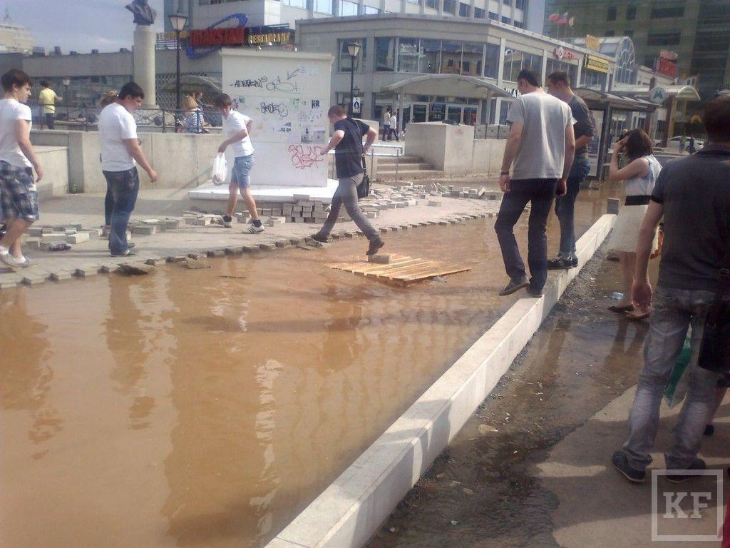 В центре Казани канализация рвется наружу