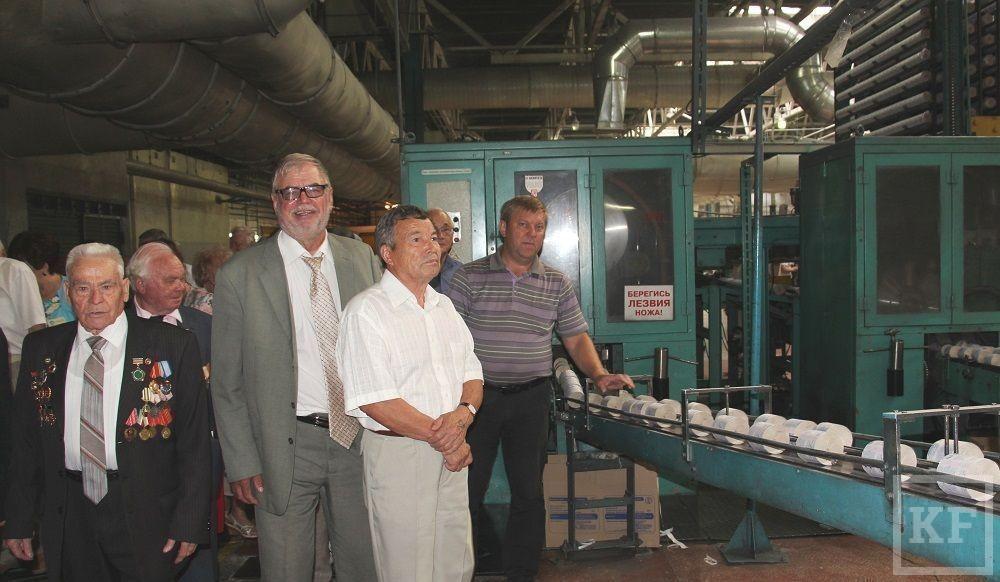 Почетные граждане Челнов посетили картонно-бумажный комбинат имени Титова