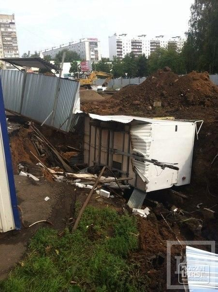 В Набережных Челнах киоск быстрого питания провалился в строительную яму