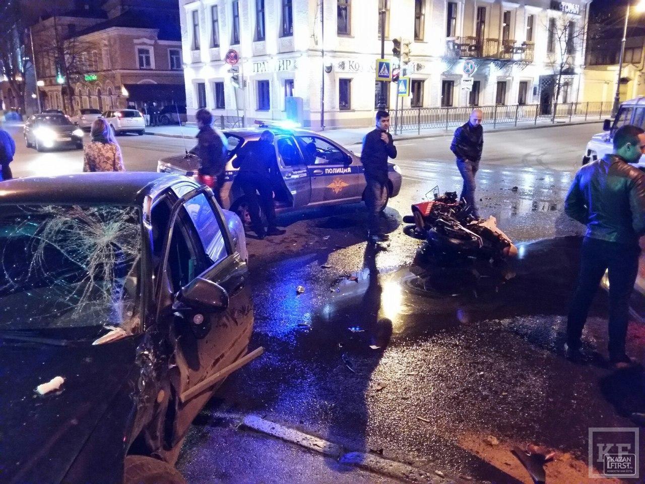 В центре Казани столкнулись автомобиль Kia и мотоцикл