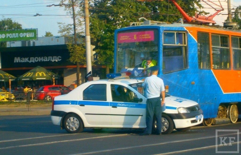 В Казани трамвай протаранил полицейскую машину [фото]