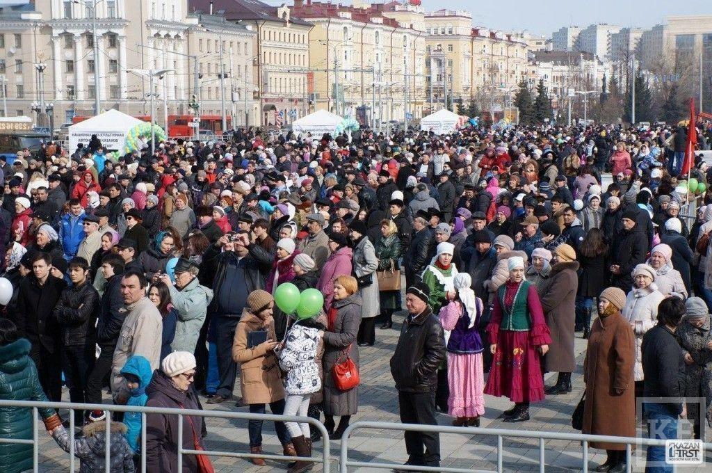 На площади у театра Камала проходят народные гуляния