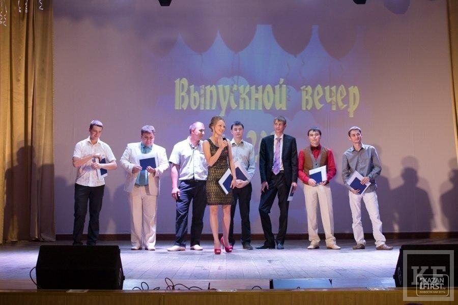 В Чистополе выпускникам вручили дипломы