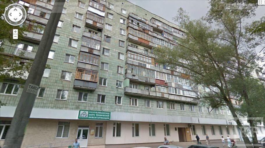 Самоубийца грозится спрыгнуть с крыши 9-этажки на Серова