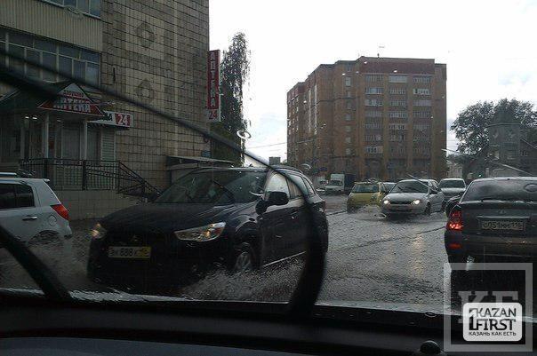 Из-за ливня затоплены центральные улицы Казани [фото]