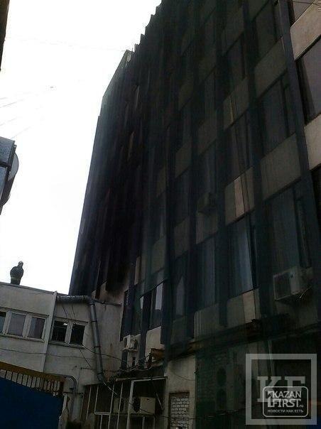 В Казани у офисного здания на Московском рынке загорелась кровля пристроя