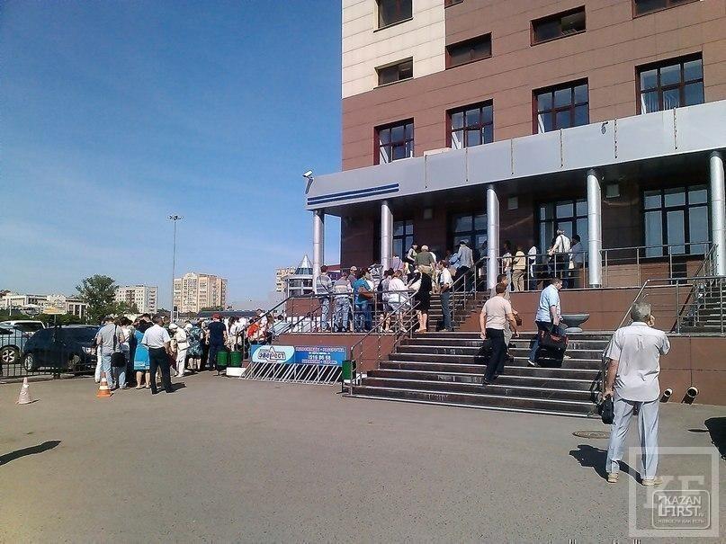 Десятки клиентов «БТА-Казань» собрались у центрального офиса банка: люди стоят в очереди за талонами