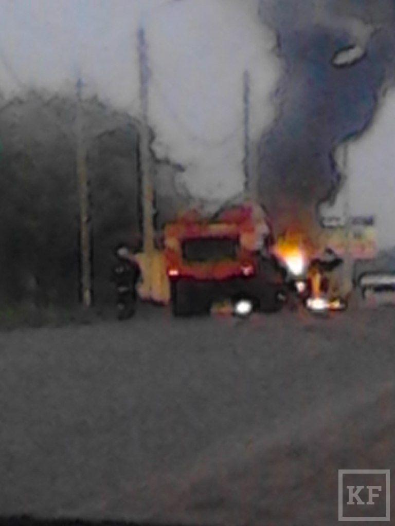 Полицейские Чистополя спасли людей из горящего автомобиля
