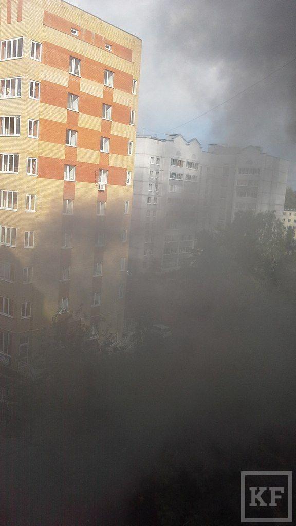 На улице Шаляпина в Казани произошел крупный пожар: живущие по соседству вытащили из горящего дома пожилую женщину