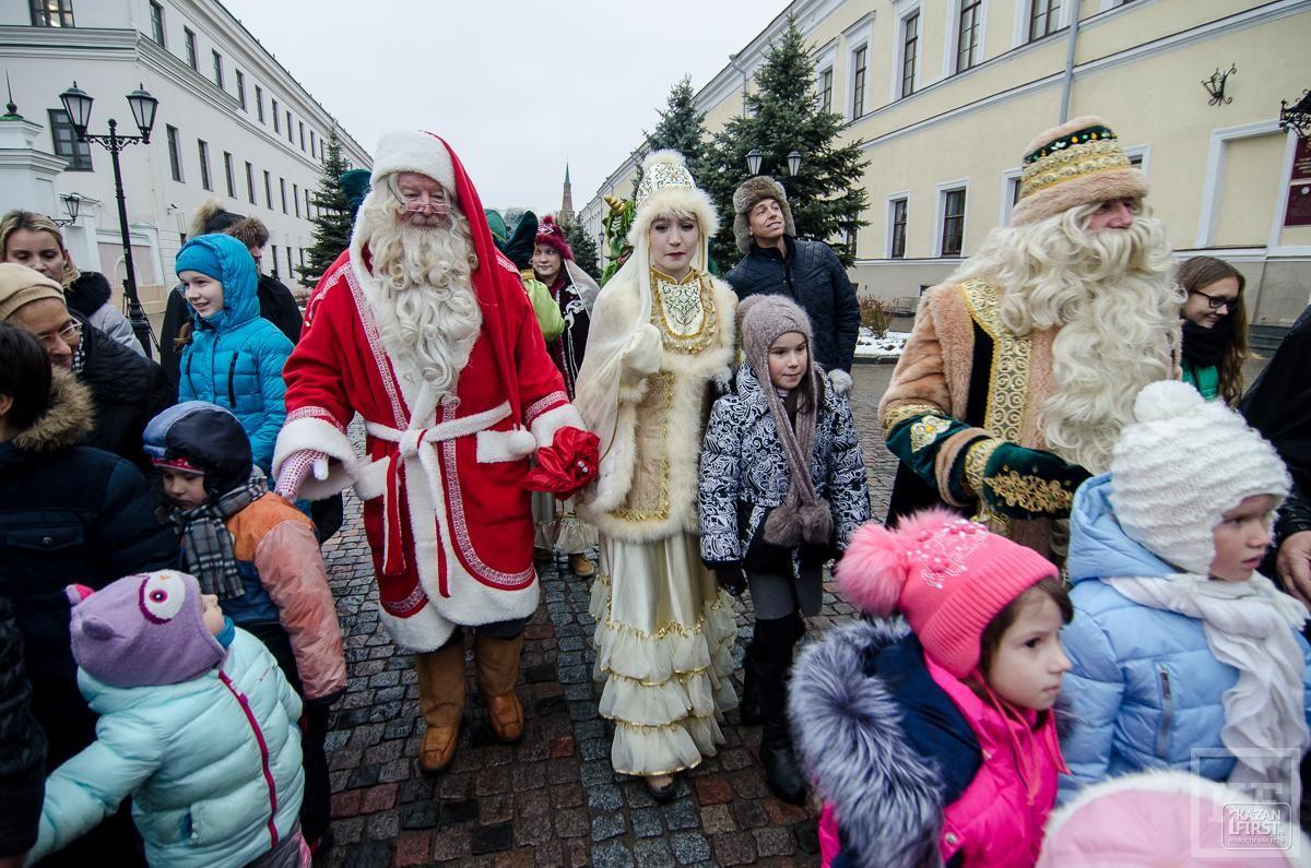 Санта Клаус и Кыш Бабай устроили парад в Казани
