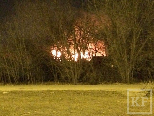 В Казани напротив торгового центра Metro горят дома