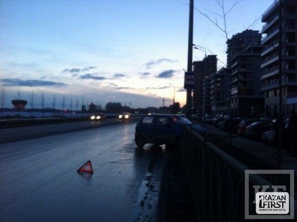 Daewoo Matiz после аварии на перекрестке в Казани снес забор