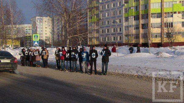 Студенты Нижнекамска устроили флешмоб на месте, где в ДТП попала четырехлетняя девочка