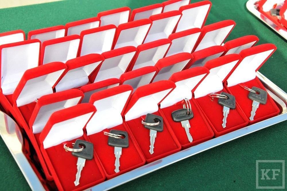Минниханов вручил автоинспекторам 55 ключей от Lada Priora