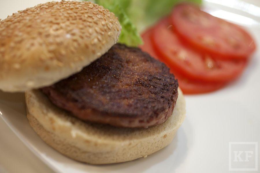 В Англии съели первый культивированный гамбургер [фото]