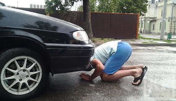 В Казани машина провалилась в яму