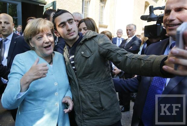 Пользователи соцсетей нашли селфи канцлера Ангелы Меркель с предполагаемым террористом-смертником