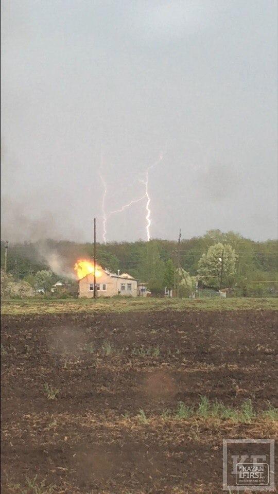 В Татарстане из-за удара молнии загорелся жилой дом