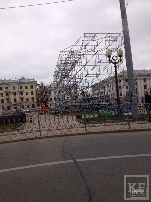 На площади Свободы в Казани начали возводить каркас сцены к 9 мая