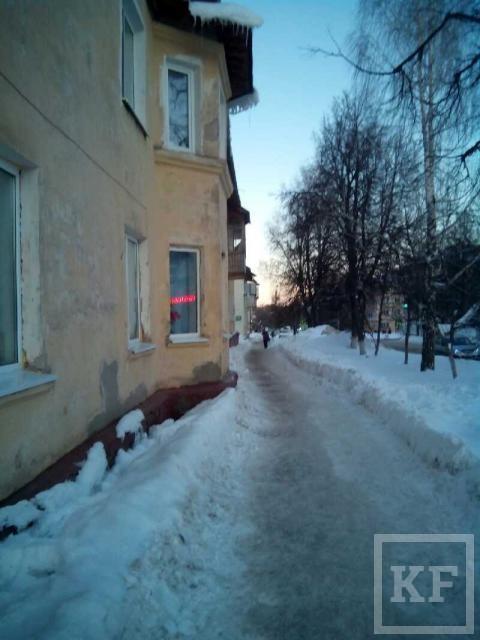Жители Лениногорска боятся ходить под окнами домов из-за свисающих с крыш сосулек