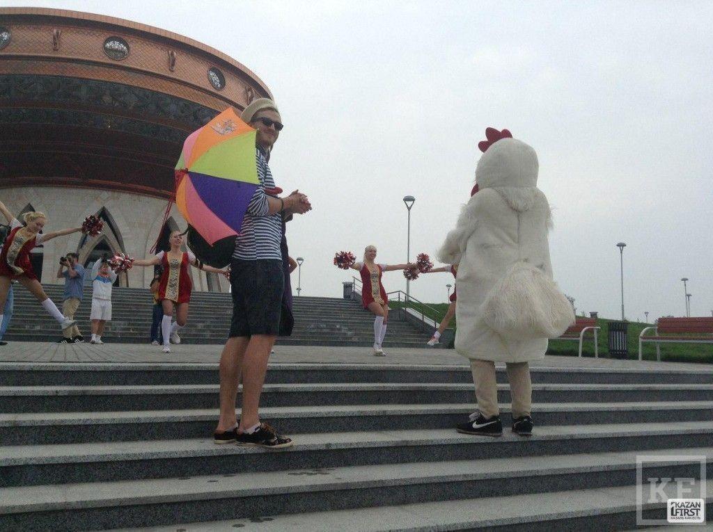 Mr.Atrenge прибыл на собственную пресс - конференцию в костюме курицы [фото]